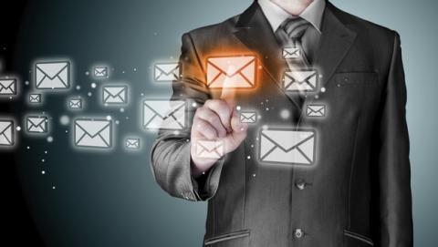 Psicólogo aconseja prohibir el email entre compañeros de trabajo.