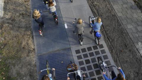 Un carril bici solar produce energía para abastecer un hogar