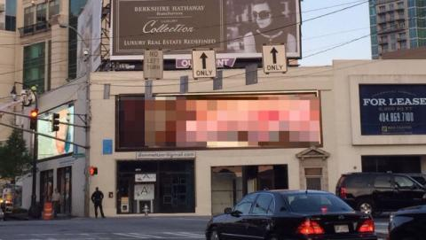 imagen porno en panel digital