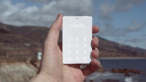 Light Phone, el móvil del tamaño de una tarjeta de crédito que sólo sirve para hablar. Pesa 38 gramos y su batería dura 20 días.