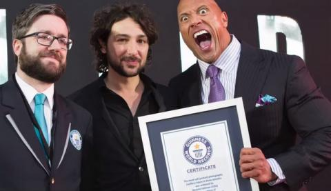 The Rock bate el récord del mundo de selfies