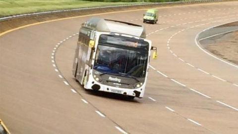 Autobús impulsado por excrementos de vaca bate récord de velocidad.