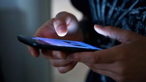 Mujer condenada a prisión por espiar el móvil de su marido