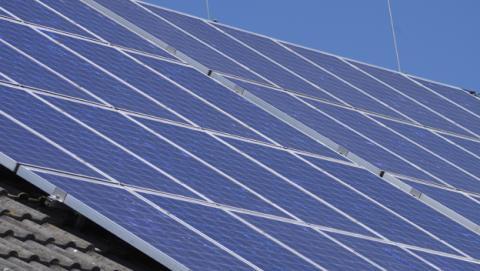 Familias pobres de California tendrán paneles solares gratis