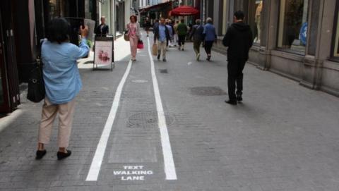 Los carriles para peatones con smartphone llegan a Europa.