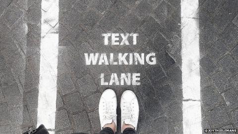 Carril para peatones con smartphone