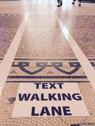 Carril para peatones con smartphone en Bélgica