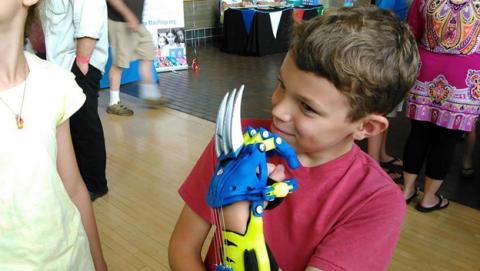 Ingenieros imprimen en 3D prótesis niños superhéroes