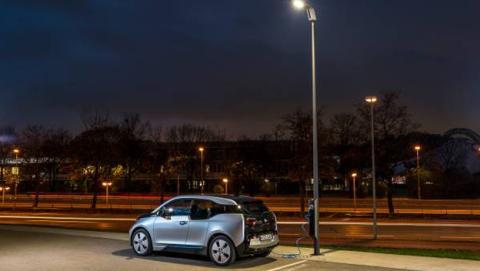 Farola carga vehículo eléctrico BMW