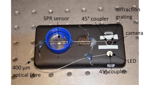 Diseñan un dispositivo que detecta enfermedades con el móvil