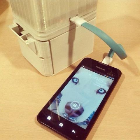 Una lámpara que funciona con agua y sal te permite cargar el móvil