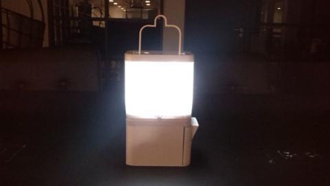 Lámpara que funciona con agua y sal te permite cargar el móvil
