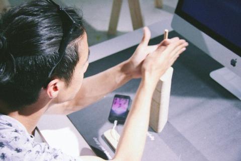 IMTI: Carga tu iPhone con dos palos si fueras un cavernícola