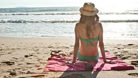 Las toallas que repelen la arena, lo último para la playa.