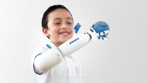 IKO, la prótesis de brazo infantil que es un juguete de LEGO.