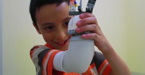 Prótesis infantil para brazo de LEGO