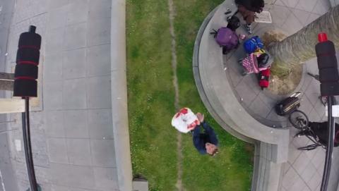 Un drone que lanza hamburguesas a los mendigos causa polémica.