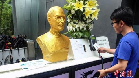 El busto de oro de Steve Jobs para inspirar a los empleados.