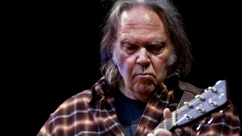 Neil Young se va de Apple Music y Spotify por la baja calidad del streaming.