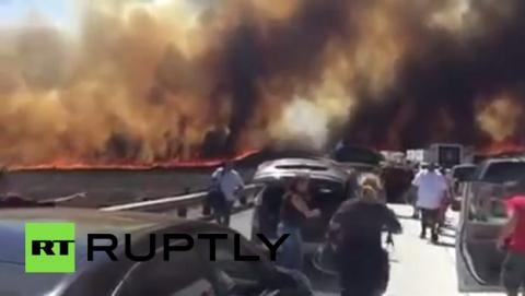 Cinco drones impiden a los helicópteros apagar un incendio masivo en una autopista de Los Ángeles.
