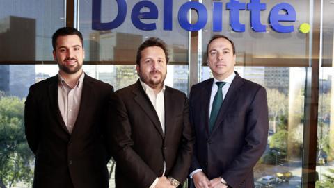 Josep Coll, fundador de Red Points, con el equipo de Deloitte tras firmar una alianza con la empresa