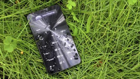 Un móvil resistente al agua con batería que dura 90 días