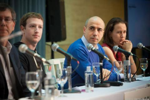 Yuri Milner (jersei azul) con Mark Zuckerberg