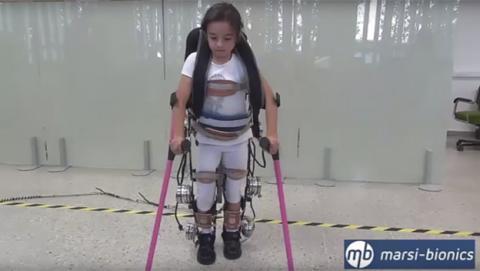 Este exoesqueleto permitirá andar a niños parapléjicos