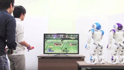 NAO robot juega consola