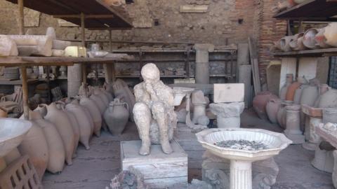 Roba un mosaico en las ruinas de Pompeya para comprar un iPhone