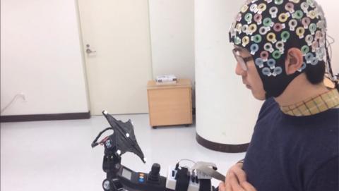 Una interfaz permite controlar un exoesqueleto con la mente