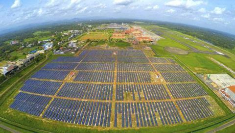 Crean el primer aeropuerto que utiliza energía 100% solar