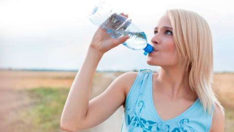 Cantidad agua ocho vasos al dia persona litros