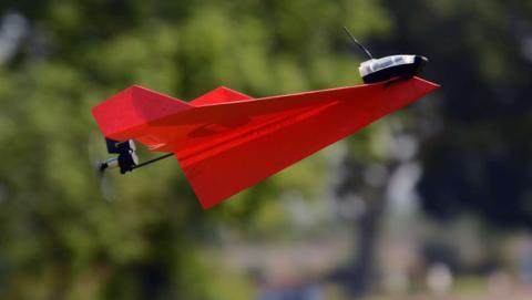 Así puedes fabricar tu propio dron con un avión de papel