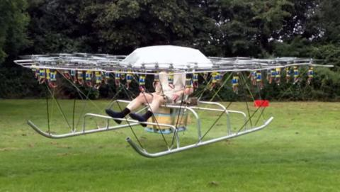Hombre construye helicóptero 54 drones silla