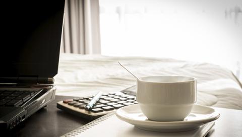 Cuando tienes sueño, ¿es mejor una siesta o un café?