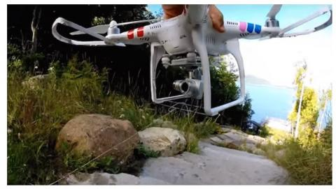 Un padre extrae el diente de su hija con el vuelo de un dron