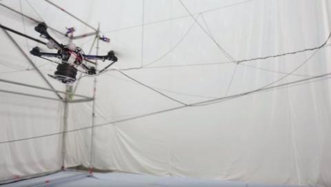 Unos drones construyen un puente de cuerdas en el aire (vídeo)