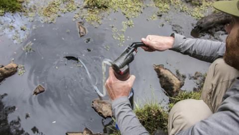 Un purificador portátil filtra el agua para que sea potable