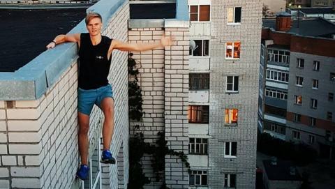 Adolescente de 17 años muere al caer al vacío haciéndose un selfie extremo