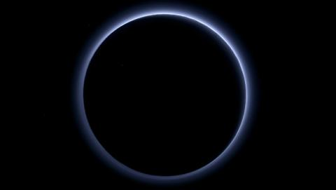 La NASA descubre que Plutón tiene cielo azul y agua helada