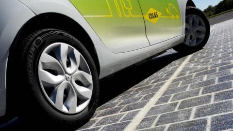 Carretera solar obtiene energía para cargar coches eléctricos