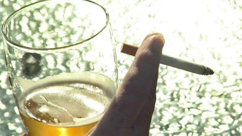 Fumar ayuda a desarrollar alcoholismo, según un estudio