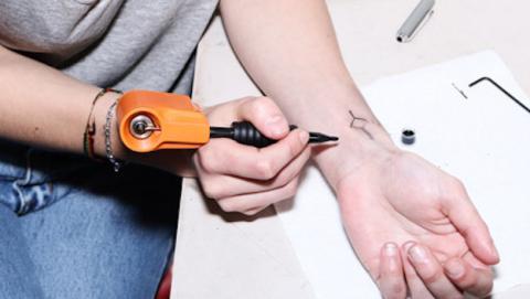 Ya puedes tatuarte a ti mismo con esta sencilla máquina