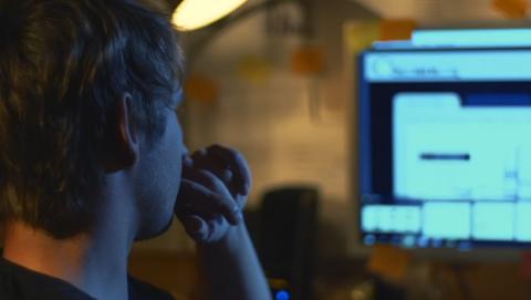 Jakub M frente a su ordenador