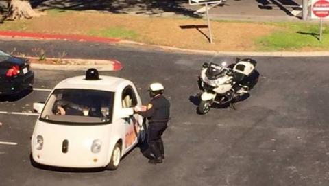 Un conductor huye de un accidente y su coche llama a la policía