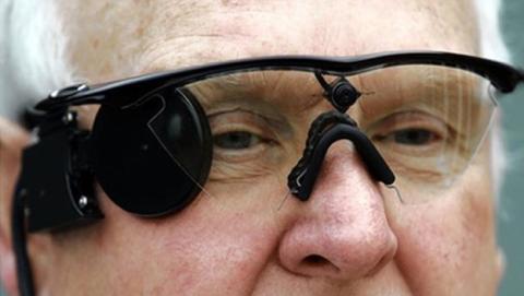 Ojo biónico que permite la visión a personas ciegas implantado con éxito