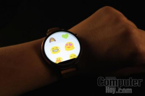 Moto 360 2015 emojis Together.
