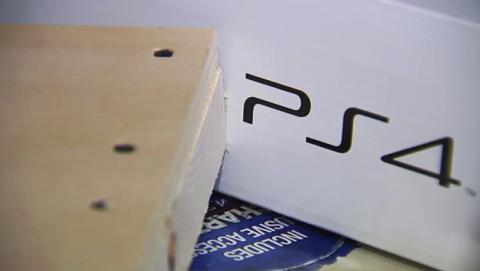 Un niño descubre una PS4 falsa al abrir su regalo de Navidad