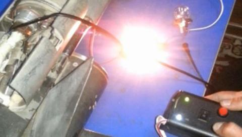 Terroristas manipulando un misil de avión